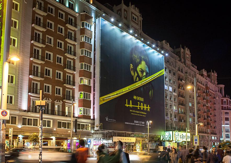 lona-publicitaria-madrid-gran-via-55-movistar-plus-la-zona-noche-vsa-comunicacion