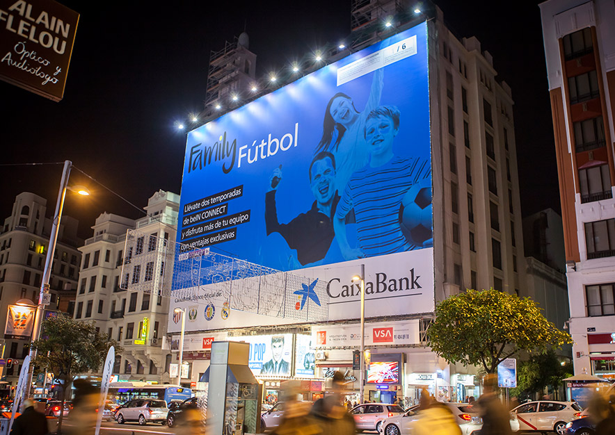 lona-publicitaria-madrid-gran-via-54-caixabank-noche-dcha-vsa-comunicacion