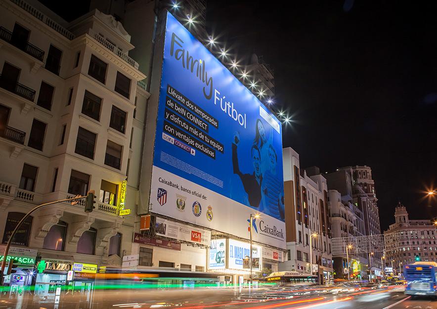 lona-publicitaria-madrid-gran-via-54-caixabank-noche-vsa-comunicacion