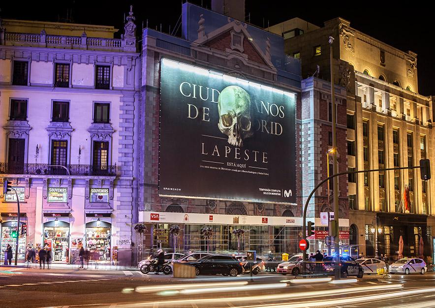 lona-publicitaria-barcelona-alcala-43-la-peste-movistar-+-noche-vsa-comunicacion