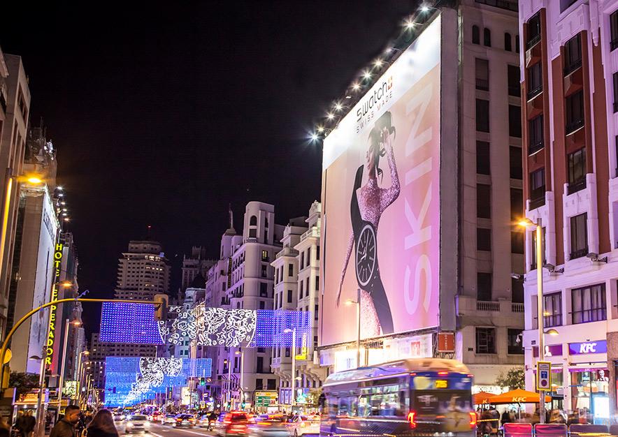 lona-publicitaria-madrid-gran-via-54-swatch-noche-vsa-comunicacion