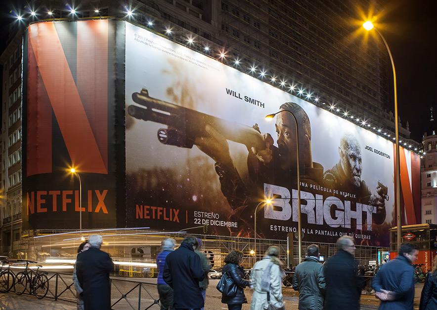lona-publicitaria-madrid-plaza-espana-netflix-bright-noche-lateral-vsa-comunicacion