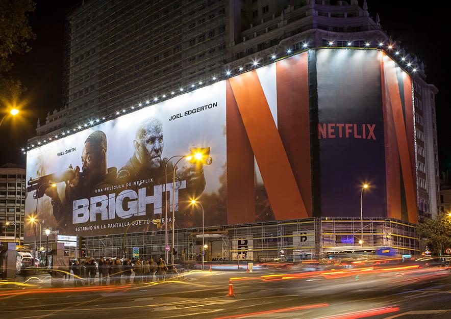 lona-publicitaria-madrid-plaza-espana-netflix-bright-noche-vsa-comunicacion