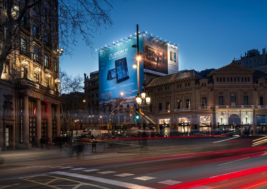 lona-publicitaria-barcelona-gran-via-corts-catalanes-605-zte-noche-luz-vsa-comunicacion