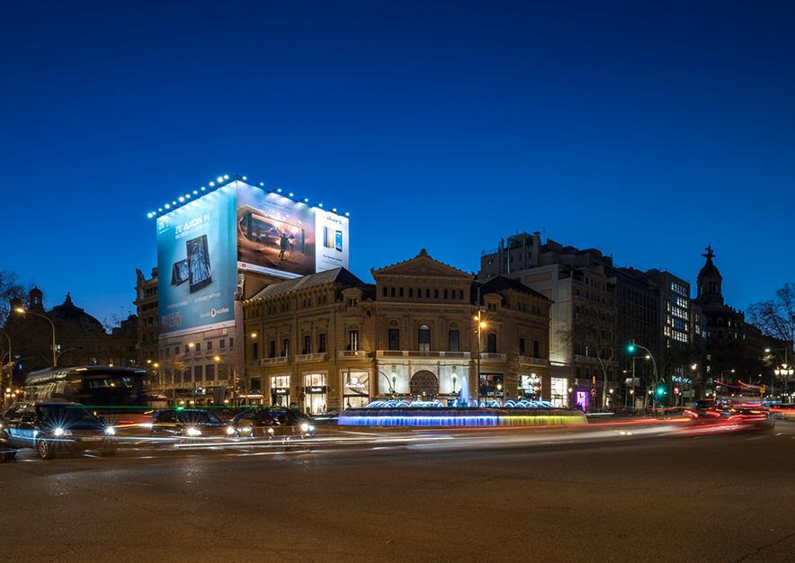 lona-publicitaria-barcelona-gran-via-corts-catalanes-605-zte-panoramica-noche-vsa-comunicacion