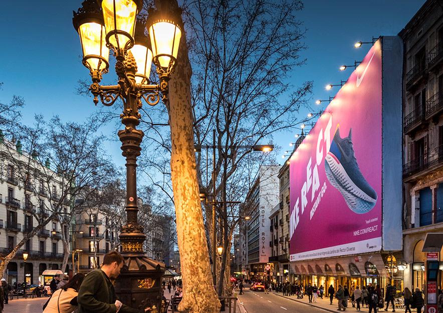 lona-publicitaria-barcelona-ramblas-125-nike-plaza-cataluna-vsa-comunicacion