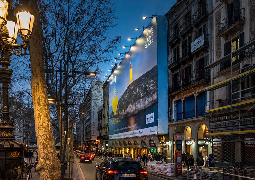 lona-publicitaria-barcelona-ramblas-125-vueling-la-coruna-noche-vsa-comunicacion