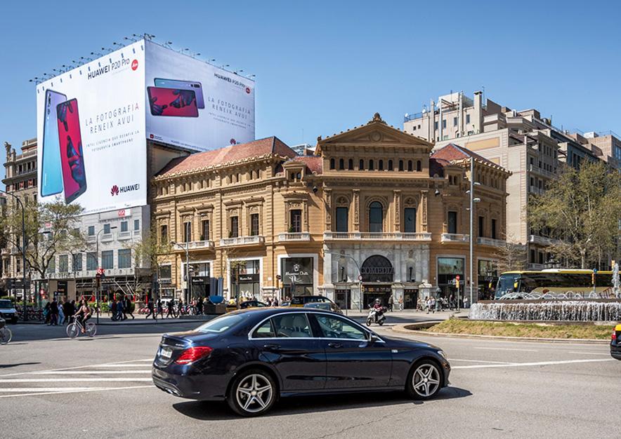 lona-publicitaria-barcelona-gran-via-corts-catalanes-605-huawei-dia-vsa-comunicacion