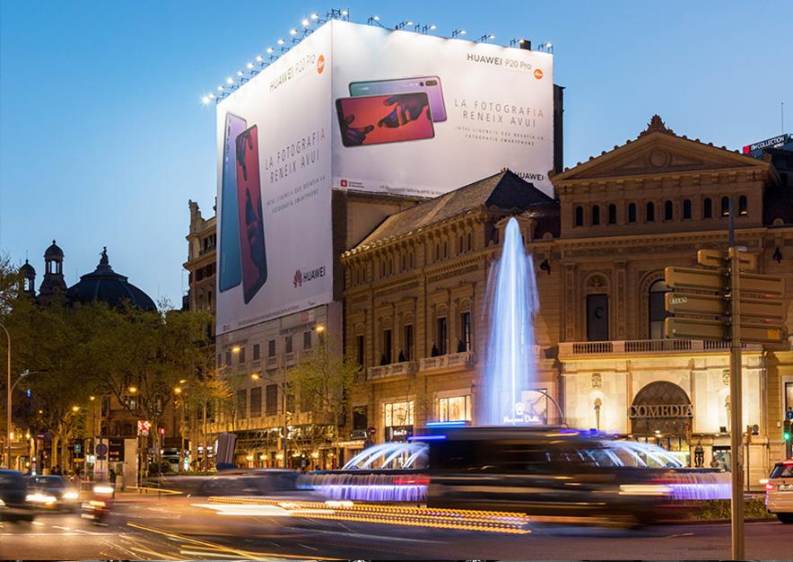 lona-publicitaria-barcelona-gran-via-corts-catalanes-605-huawei-noche-vsa-comunicacion