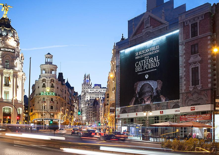 lona-publicitaria-madrid-alcala-43-la-catedral-del-mar-antena-3-noche-vsa-comunicacion