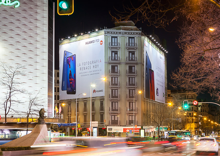 lona-publicitaria-madrid-alcala-96-huawei-noche-vsa-comunicacion