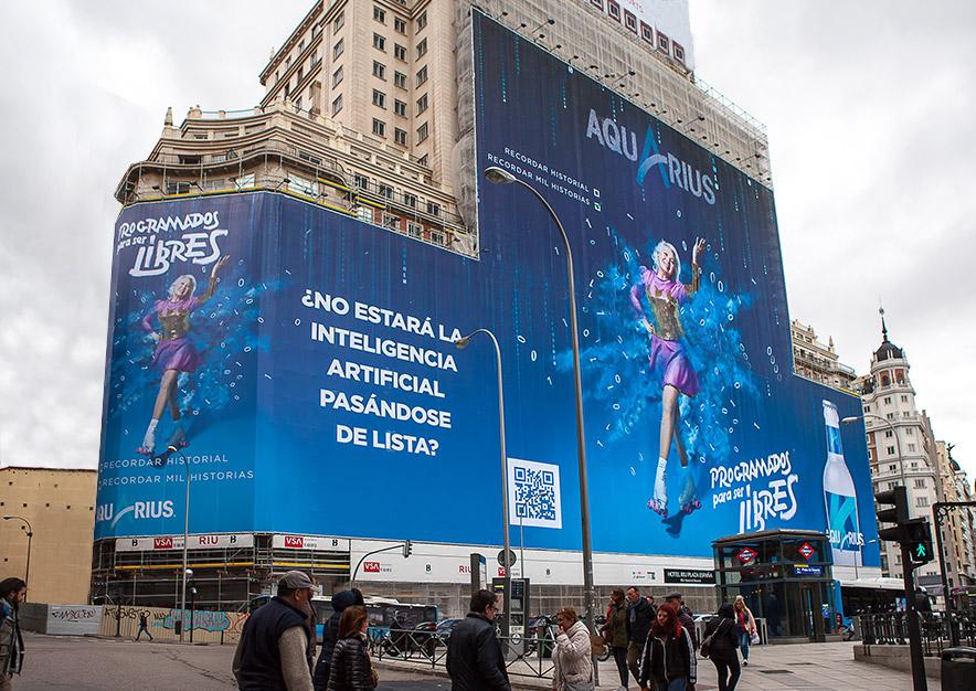 lona-publicitaria-madrid-plaza-espana-aquarius-mirror-dia-vsa-comunicacion