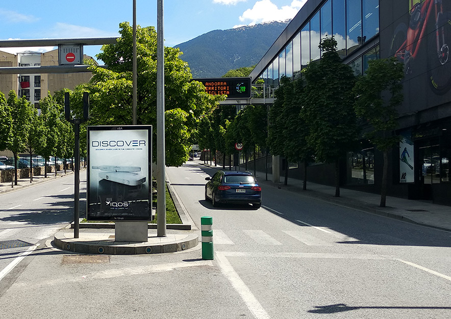 mobiliario-urbano-oppi-publicidad-exterior-iqos-panor-philip-morris-andorra-la-vella-vsa-comunicacion
