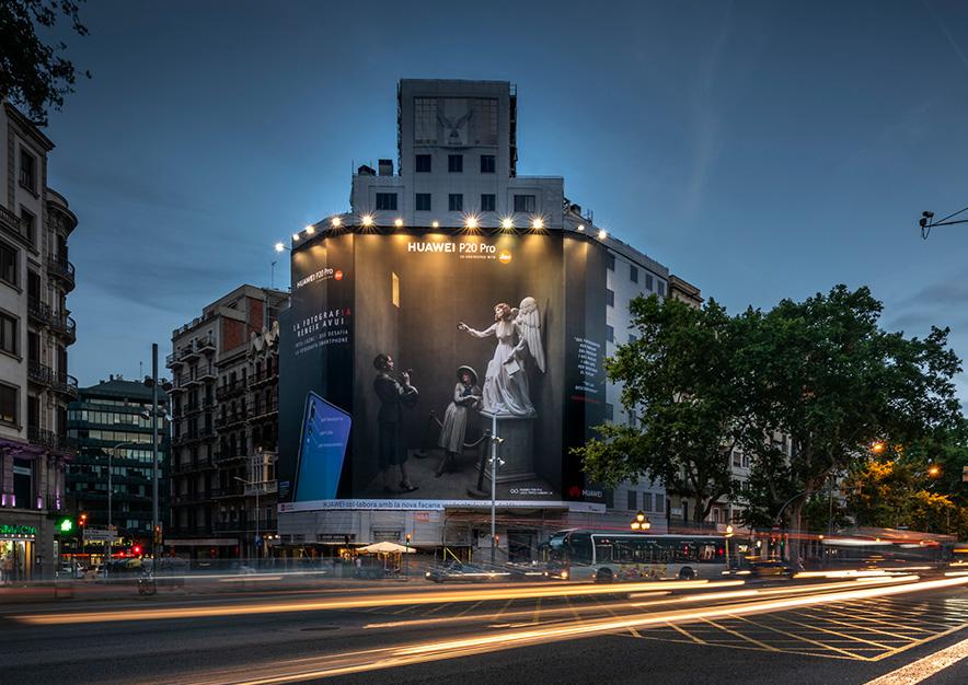 lona-publicitaria-barcelona-balmes-15-huawei-noche-vsa-comunicacion