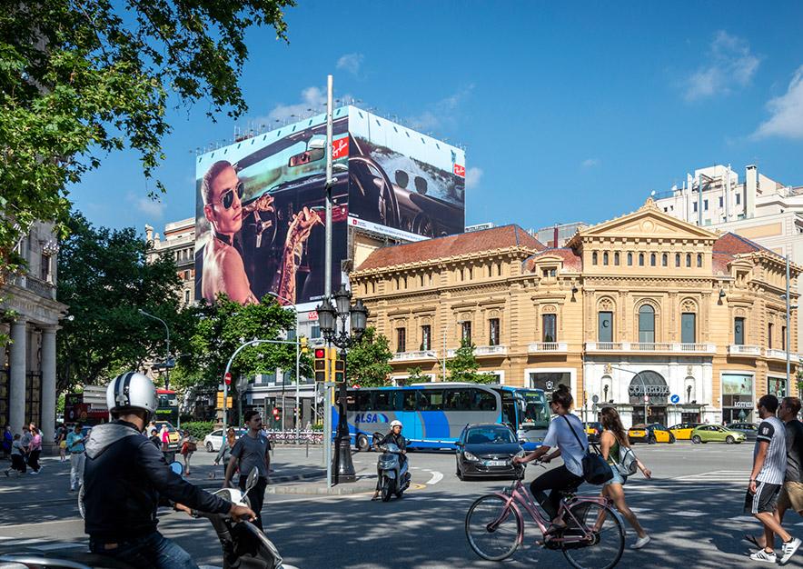 lona-publicitaria-barcelona-gran-via-corts-catalanes-605-ray-ban-dia-vsa-comunicacion