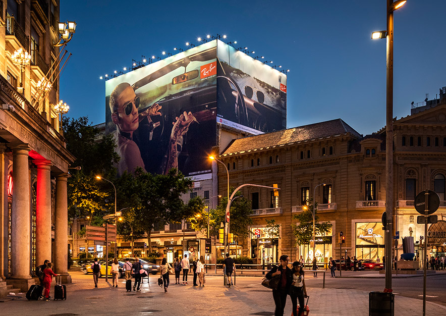 lona-publicitaria-barcelona-gran-via-corts-catalanes-605-ray-ban-noche-vsa-comunicacion