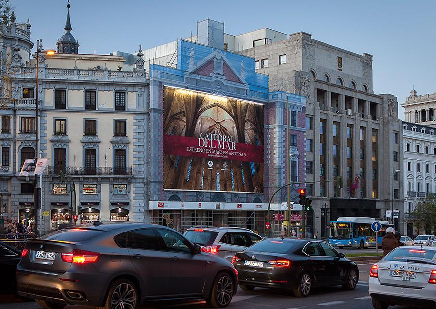 lona-publicitaria-madrid-alcala-43-la-catedral-del-mar-estreno-antena-3-noche-vsa-comunicacion