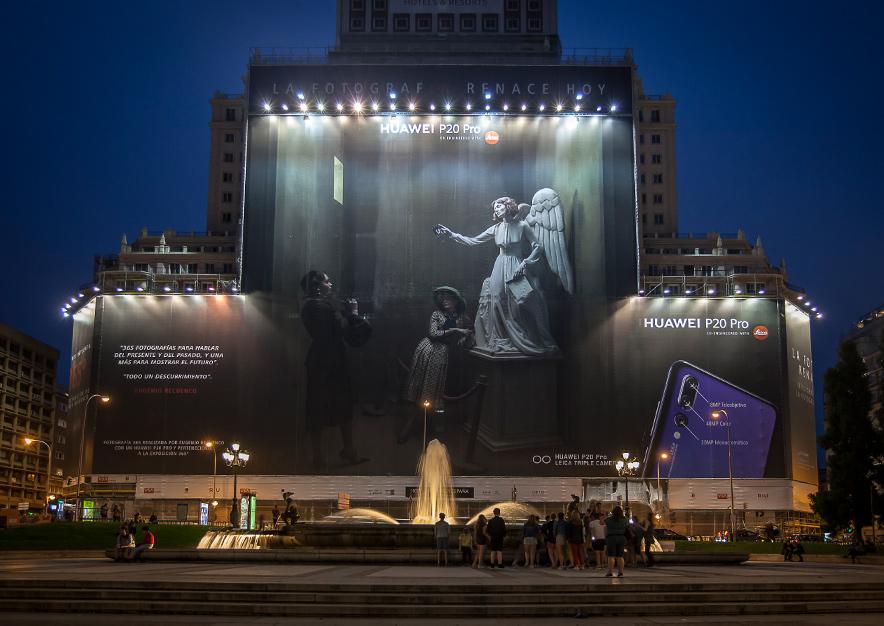 lona-publicitaria-madrid-plaza-espana-huawei-p20-pro-noche-frontal-vsa-comunicacion