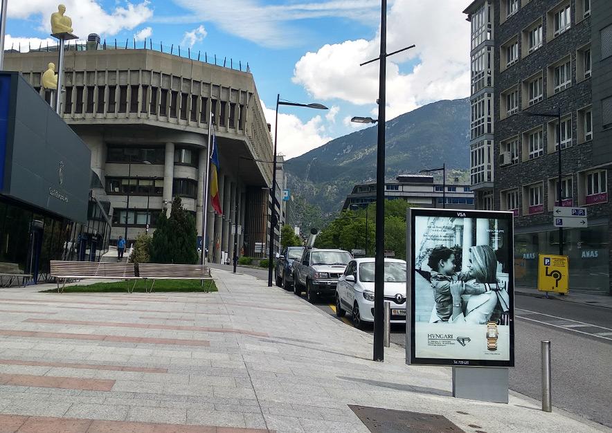 mobiliario-urbano-oppi-publicidad-exterior-hvngari-patek-philippe-mujer-andorra-la-vella-vsa-comunicacion