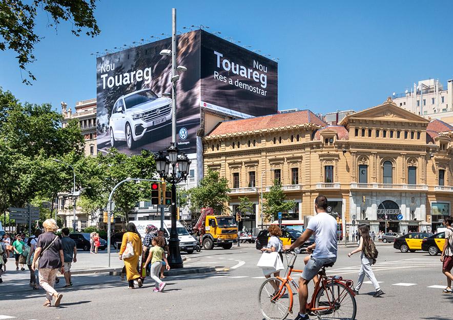 lona-publicitaria-barcelona-gran-via-corts-catalanes-605-volkswagen-vw-touareg-dia-frontal-vsa-comunicacion