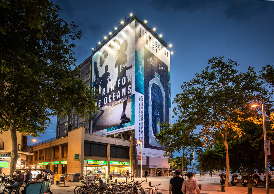 lona-publicitaria-barcelona-plaza-del-mar-1-adidas-noche-lateral-vsa-comunicacion