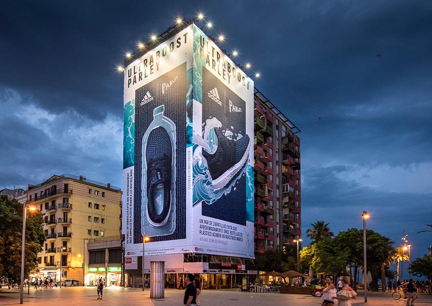 lona-publicitaria-barcelona-plaza-del-mar-1-adidas-noche-vsa-comunicacion