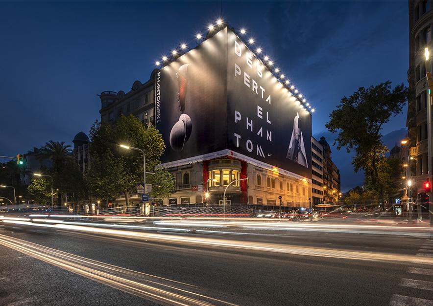 lona-publicitaria-barcelona-avenida-diagonal-482-nike-noche-vsa-comunicacion