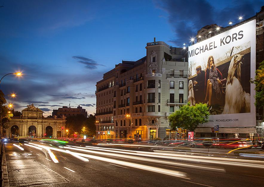 lona-publicitaria-madrid-alcala-75-michael-kors-noche-2-vsa-comunicacion