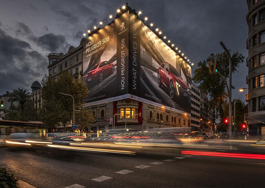 lona-publicitaria-barcelona-avenida-diagonal-482-peugeot-508-frontal-noche-vsa-comunicacion