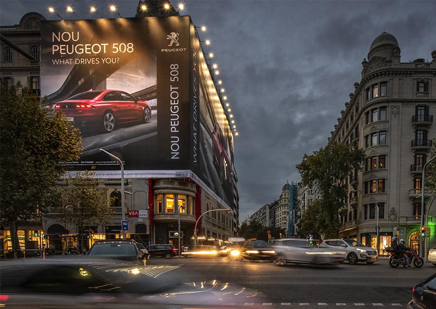 lona-publicitaria-barcelona-avenida-diagonal-482-peugeot-508-noche-vsa-comunicacion