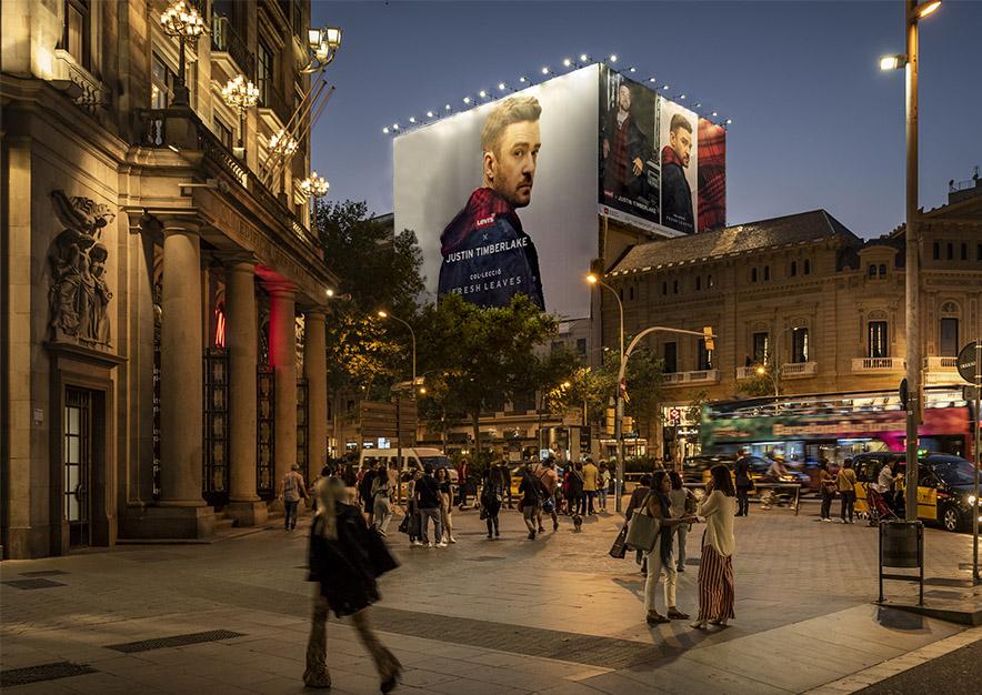 lona-publicitaria-barcelona-gran-via-corts-catalanes-605-levis-noche-vsa-comunicacion