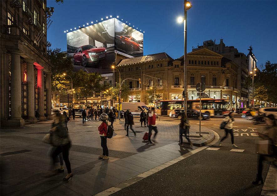 lona-publicitaria-barcelona-gran-via-corts-catalanes-605-peugeot-noche-vsa-comunicacion