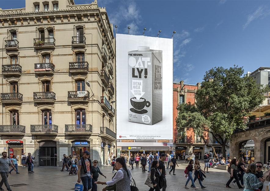 lona-publicitaria-barcelona-puerta-del-angel-2-oatly-dia-vsa-comunicacion