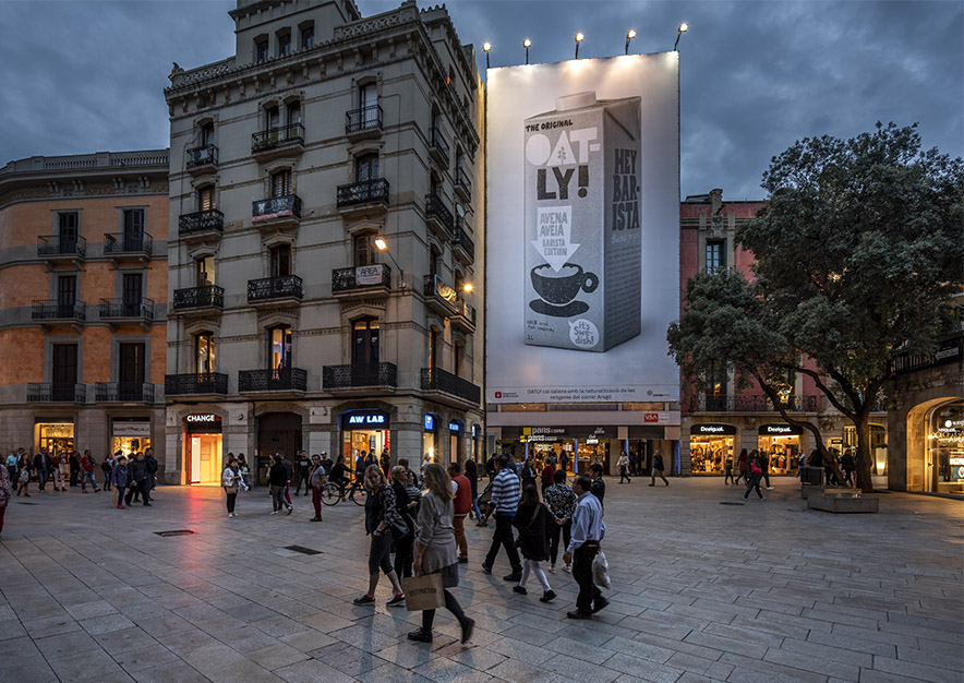 lona-publicitaria-barcelona-puerta-del-angel-2-oatly-noche-vsa-comunicacion