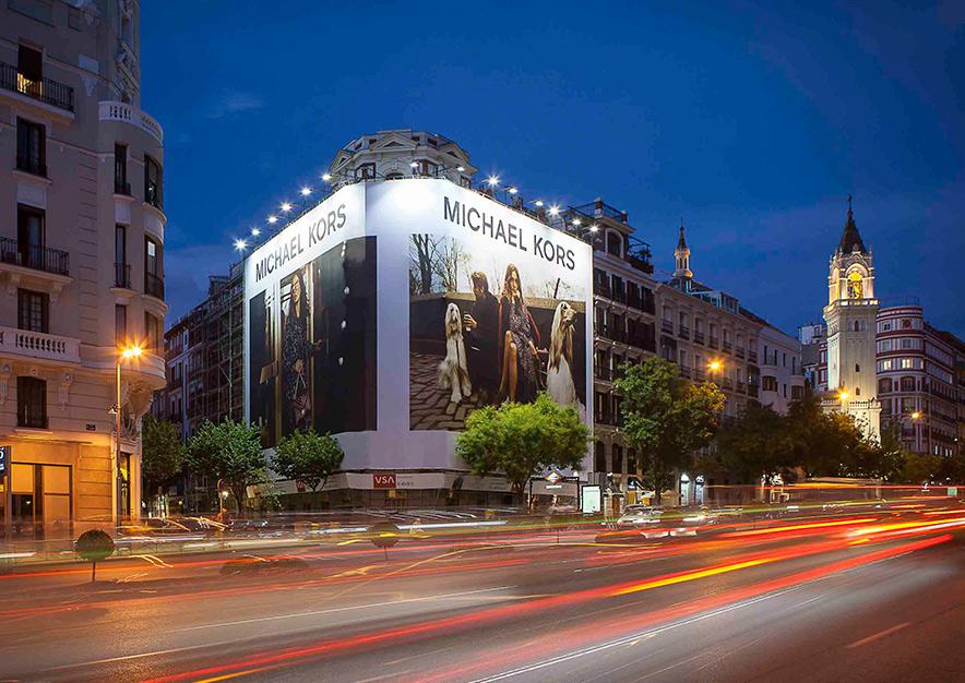 lona-publicitaria-madrid-alcala-75-michael-kors-noche-vsa-comunicacion