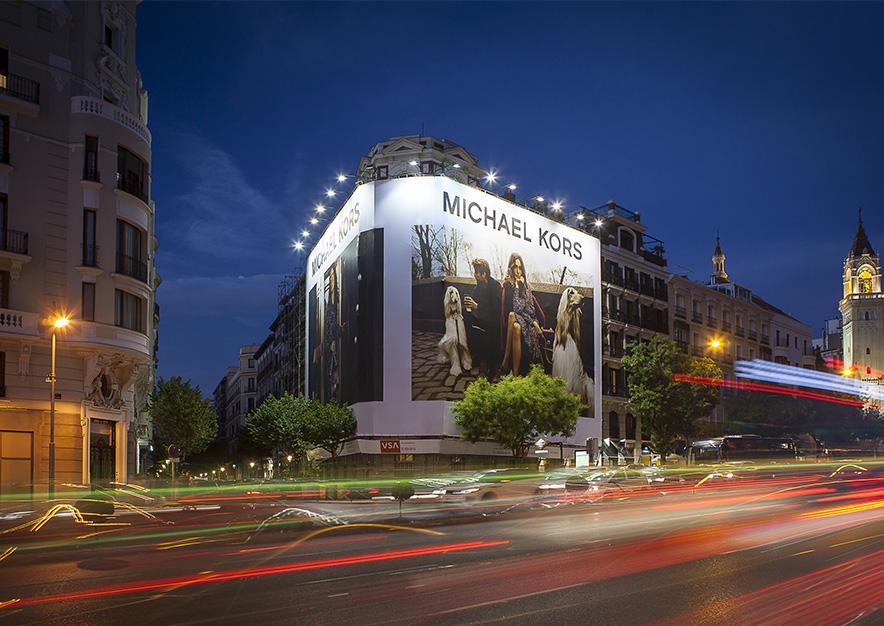lona-publicitaria-madrid-alcala-75-michaelkors-noche-vsa-comunicacion