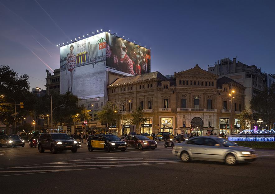 lona-publicitaria-barcelona-gran-via-corts-catalanes-605-ray-ban-2-noche-vsa-comunicacion
