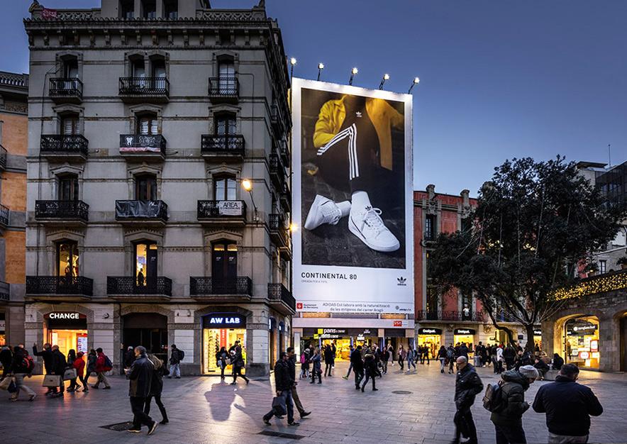 lona-publicitaria-barcelona-puerta-del-angel-adidas-noche-vsa-comunicacion