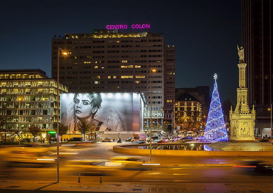 lona-publicitaria-madrid-colon-1-douglas-noche-vsa-comunicacion
