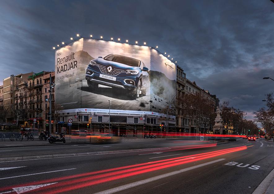 lona-publicitaria-barcelona-gran-via-635-renault-kadjar-noche-3-vsa-comunicacion