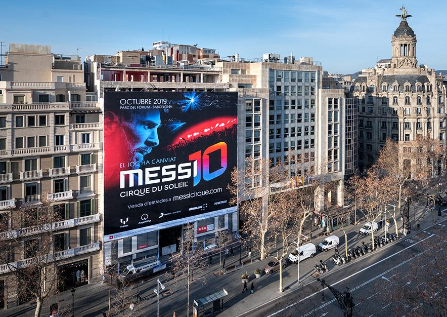 lona-publicitaria-barcelona-paseo-de-gracia-17-cirque-du-soleil-messi-dia-vsa-comunicacion