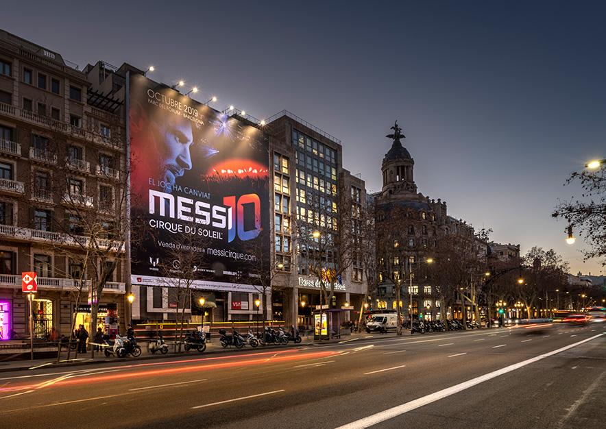 lona-publicitaria-barcelona-paseo-de-gracia-17-cirque-du-soleil-messi-noche-vsa-comunicacion