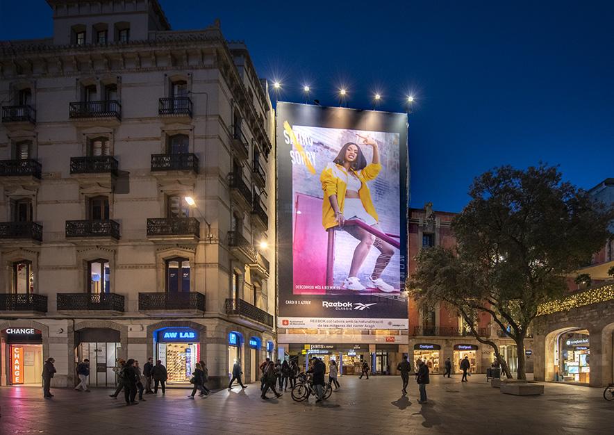 lona-publicitaria-barcelona-puerta-del-angel-rebook-noche-vsa-comunicacion