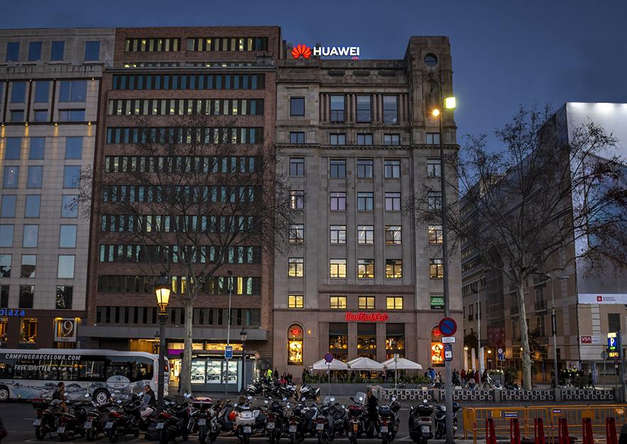 rotulo-luminoso-barcelona-plaza-cataluna-23-huawei-logo-cerca-vsa-comunicacion