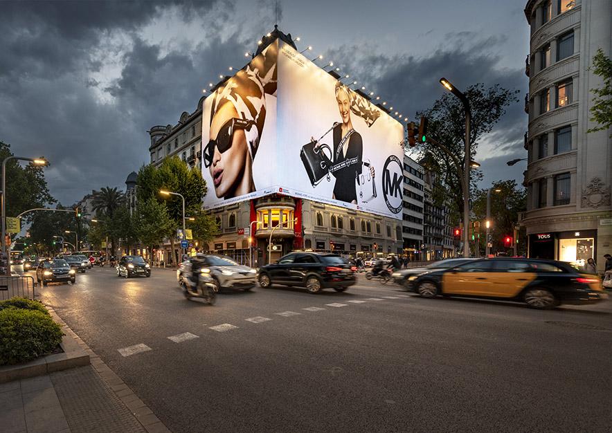 lona-publicitaria-barcelona-avenida-diagonal-482-michael-kors-noche-vsa-comunicacion