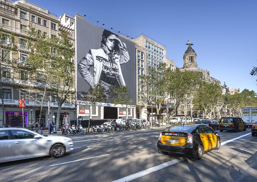 lona-publicitaria-barcelona-paseo-de-gracia-17-pepe-jeans-dia-2-vsa-comunicacion