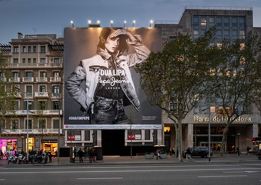 lona-publicitaria-barcelona-paseo-de-gracia-17-pepe-jeans-noche-2-vsa-comunicacion