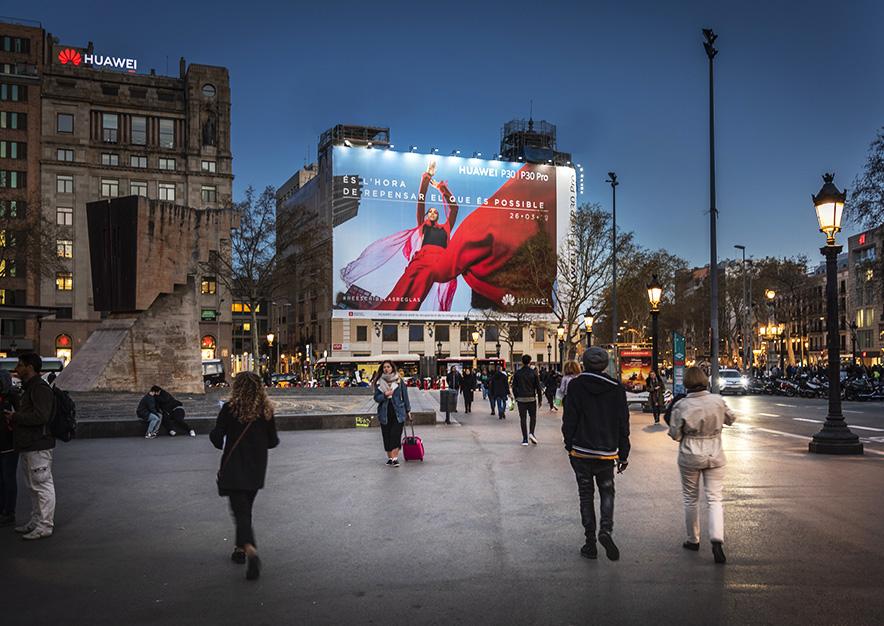 lona-publicitaria-barcelona-plaza-cataluna-23-huawei-noche-vsa-comunicacion