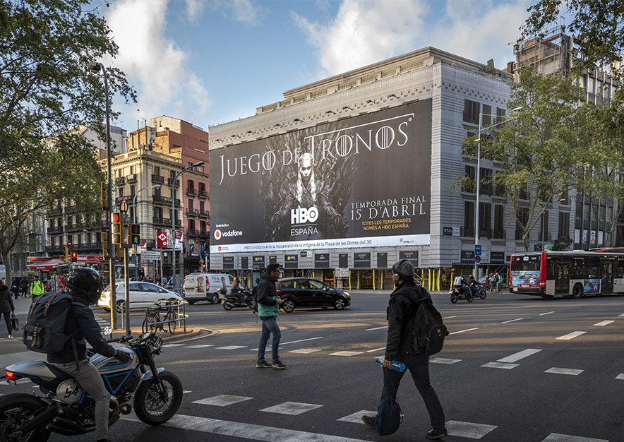 lona-publicitaria-barcelona-plaza-urquinaona-12-hbo-juego-de-tronos-dia-vsa-comunicacion