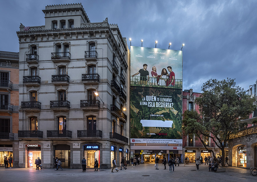lona-publicitaria-barcelona-puerta-del-angel-netflix-noche-vsa-comunicacion